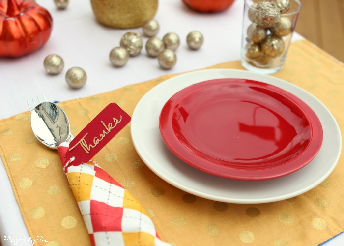 Easy Thanksgiving place setting idea using fall decorations you probably have around your house