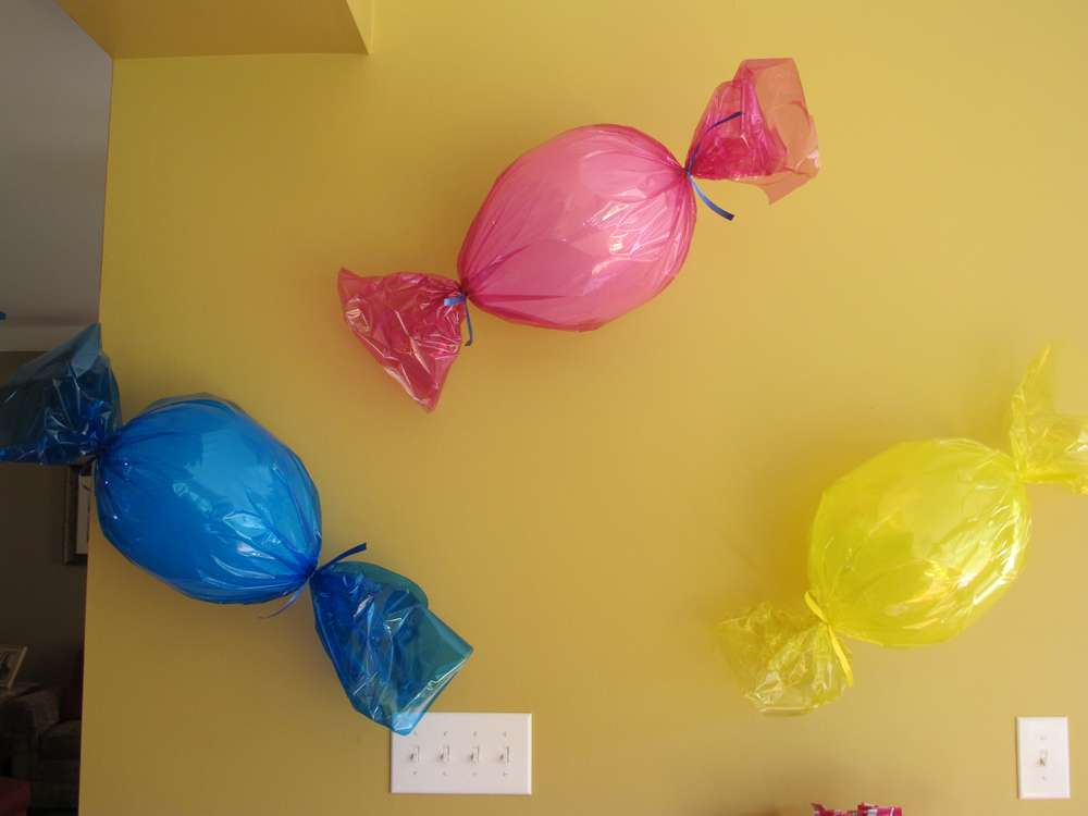 Creative balloon decoration sugar bee crafts for Balloon birthday decoration